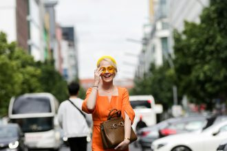 FASHION // IN BRAUN & ORANGE AUF DER FASHION WEEK BERLIN (WERBUNG / AD)