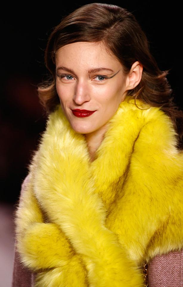 Zu Opernklängen liefen <b>Marc Cain</b>`s Models, unter opulenten Kronleuchtern die <b>...</b> - MarcCain-VelvetAffairs-AW16-Kate-Glitter-14